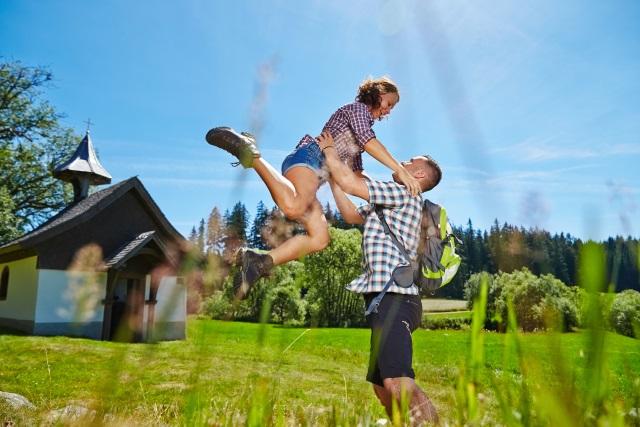 Glückliches Paar im Schwarzwald-Urlaub