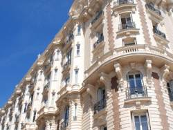 Häuserfront in Cannes